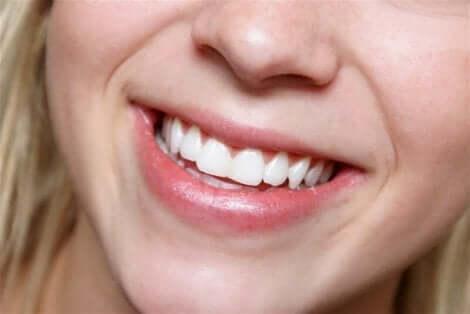 Een vrouw met witte tanden