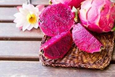 De eigenschappen van het exotische roze drakenfruit