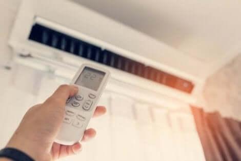 Iemand die thuis airconditioning gebruikt