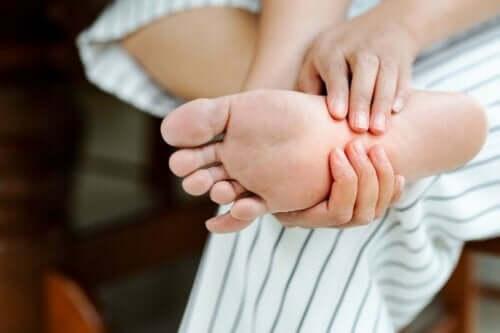 Iemand masseert eigen voet