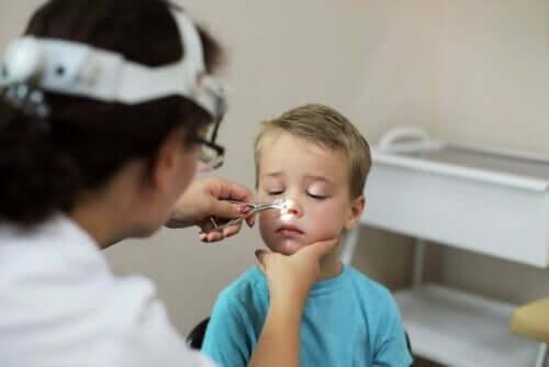 Arts bekijkt neus van kind
