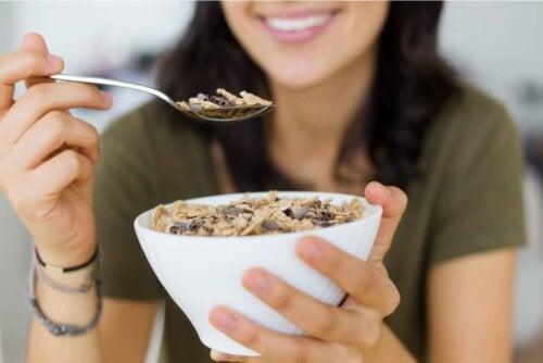 Kom met ontbijtgranen en zaden