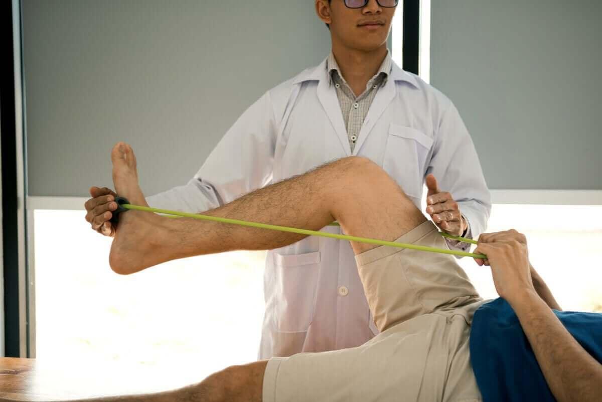 Man bij de fysiotherapeut