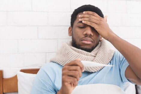 Man met koorts en hoofdpijn