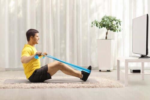 Oefeningen met een weerstandsband voor je rug
