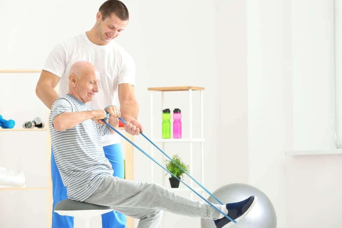 Oudere man traint mer een weerstandsband