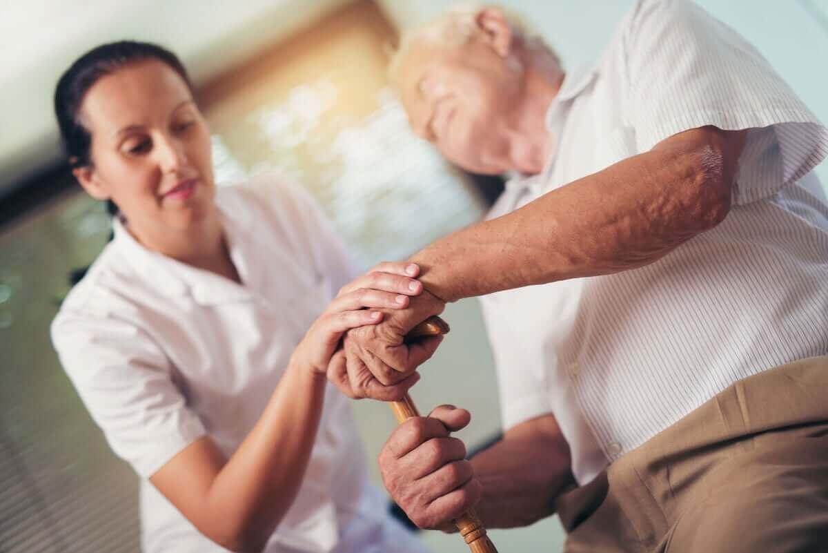 Oudere man met een verpleegkundige