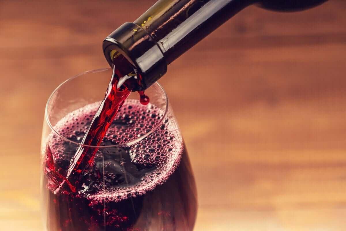 Inschenken van een glas rode wijn
