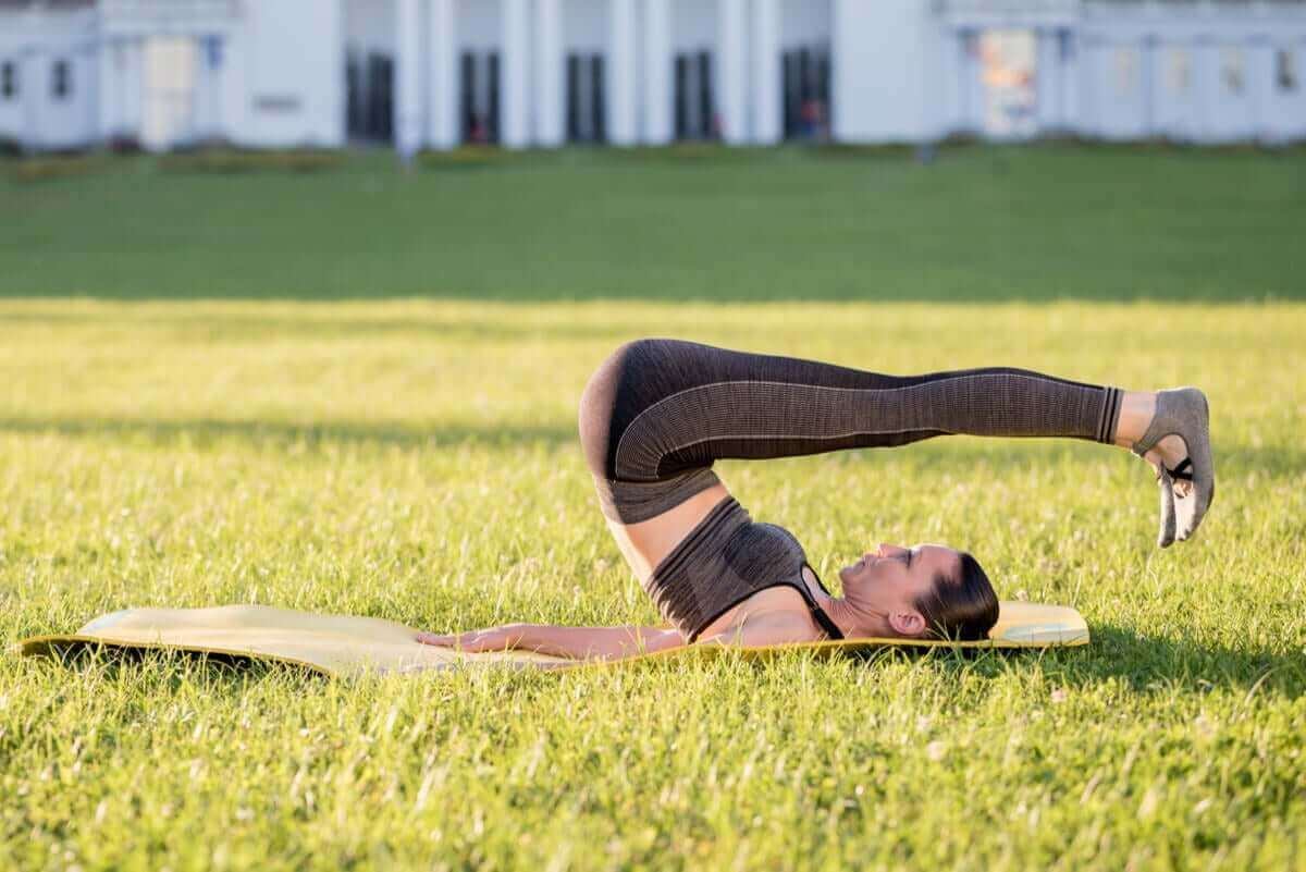 Vrouw doet rolling back oefening