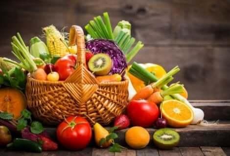 Verse groenten en fruit in een mand