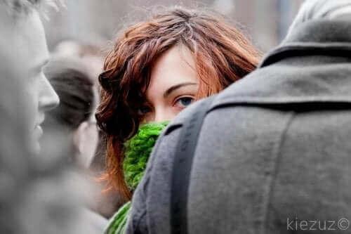 Vrouw verstopt zich tussen de menigte