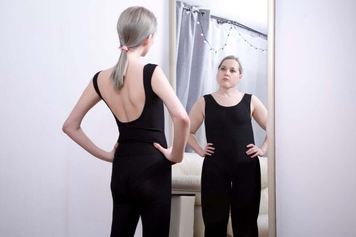 Slanke vrouw met ander spiegelbeeld