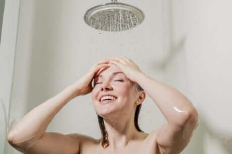 Een hete douche nemen helpt je in slaap te vallen