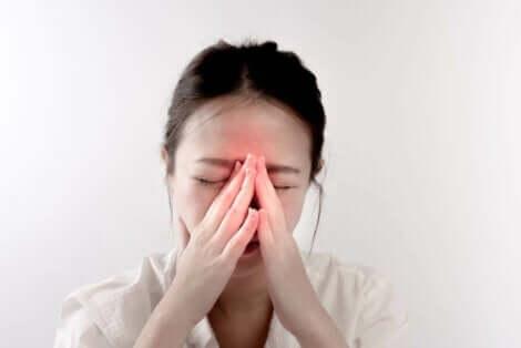 Een vrouw houdt haar handen tegen haar gezicht