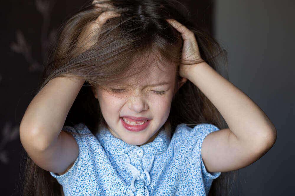 Meisje trekt aan haar haren waardoor ze alopecia heeft