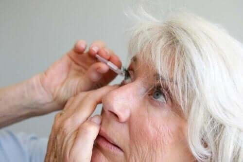 Een vrouw brengt oogdruppels aan