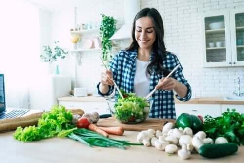 Een vrouw maakt salade
