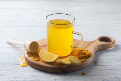 Tisane met kurkuma en citroen