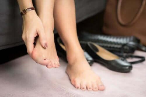 Een vrouw wrijft over haar blote voeten