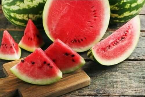 Een halve watermeloen en stukjes watermeloen