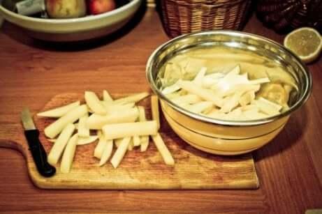 Zelfgemaakte friet in een metalen kom