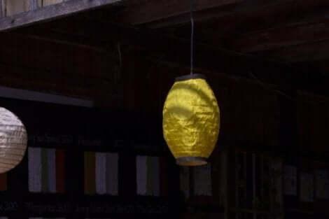 Decoratieve lantaarns van papieren zakken