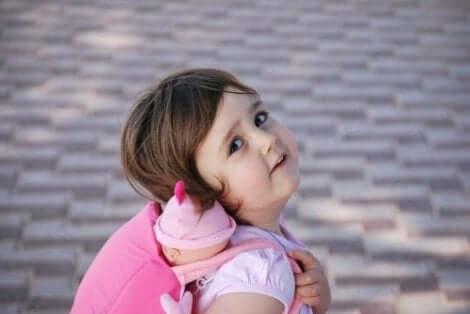 Een meisje met een rugtas op haar rug
