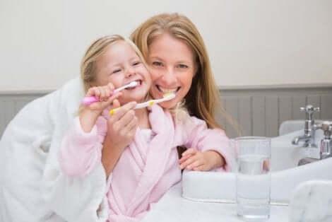 Een moeder die de mondhygiëne bij kinderen versterkt