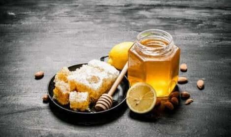 Een natuurlijk middel tegen griep van honing en citroen
