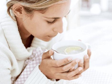 Een vrouw die een kopje thee drinkt