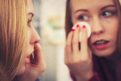 Een vrouw die haar make-up verwijdert