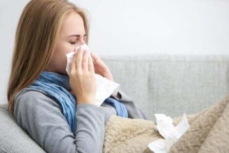 Een vrouw met griep