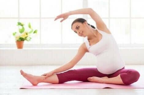 Een zwangere vrouw doet een yogapose