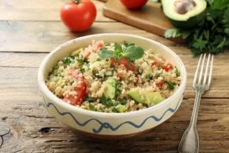 Gezonde salade met quinoa en avocado in een kom