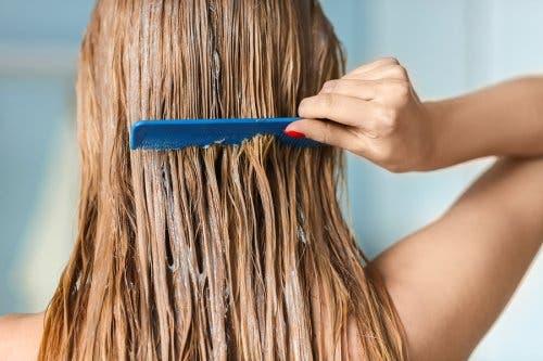 Een vrouw kamt haar haren