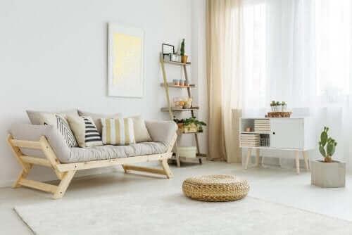 Woonkamer met houten meubels
