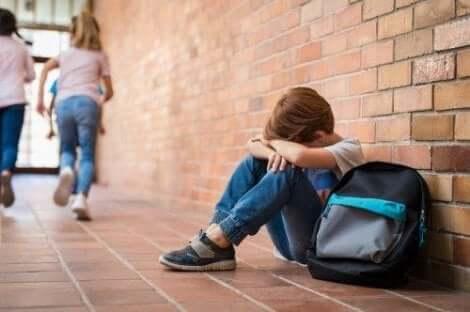 Jongetje huilt op school