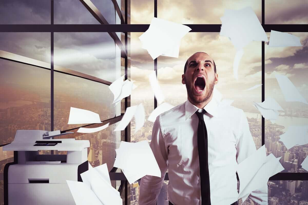 Man met veel stress op het werk
