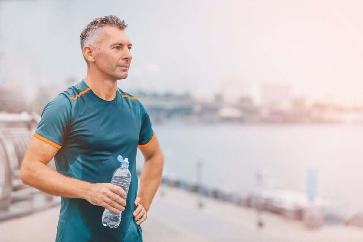 Man drinkt water na het sporten