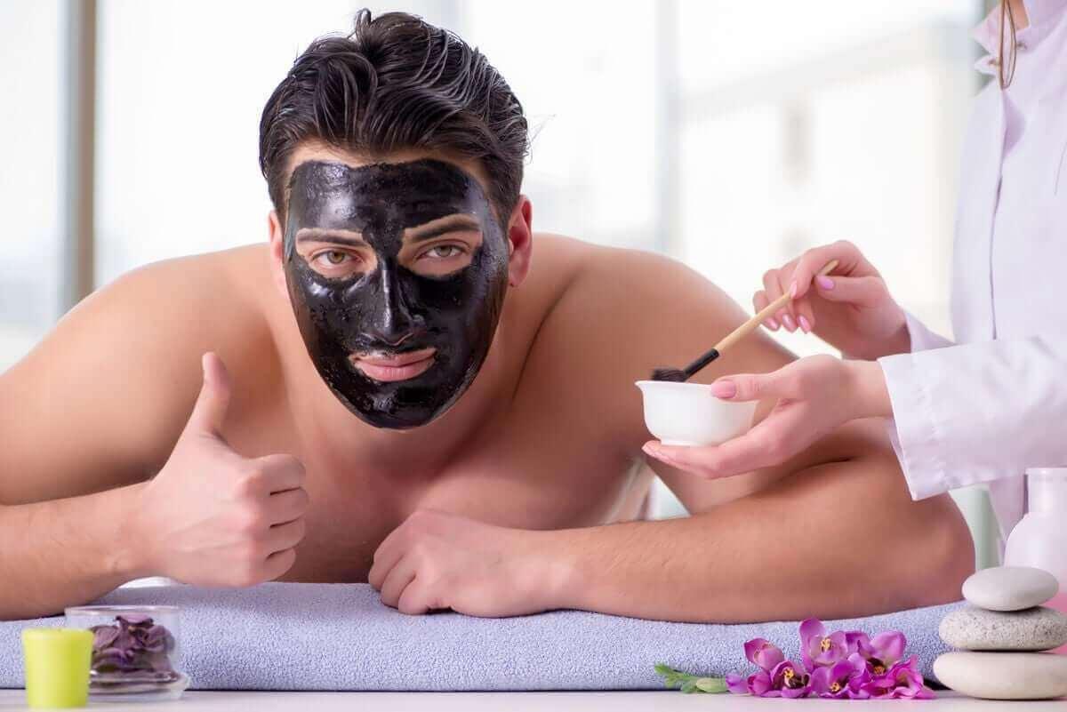 Man heeft een zwart gezichtsmasker op
