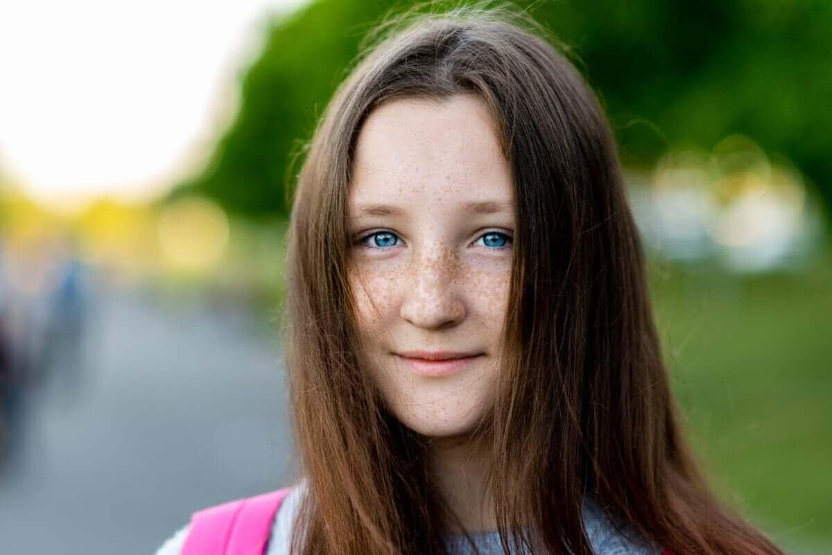 Tiener met felblauwe ogen