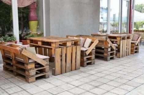 Milieuvriendelijk decoreren en meubels gemaakt van gerecyclede pallets