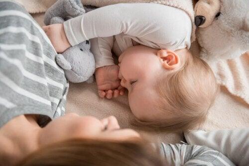 Is het goed voor kinderen om samen met hun moeder te slapen?