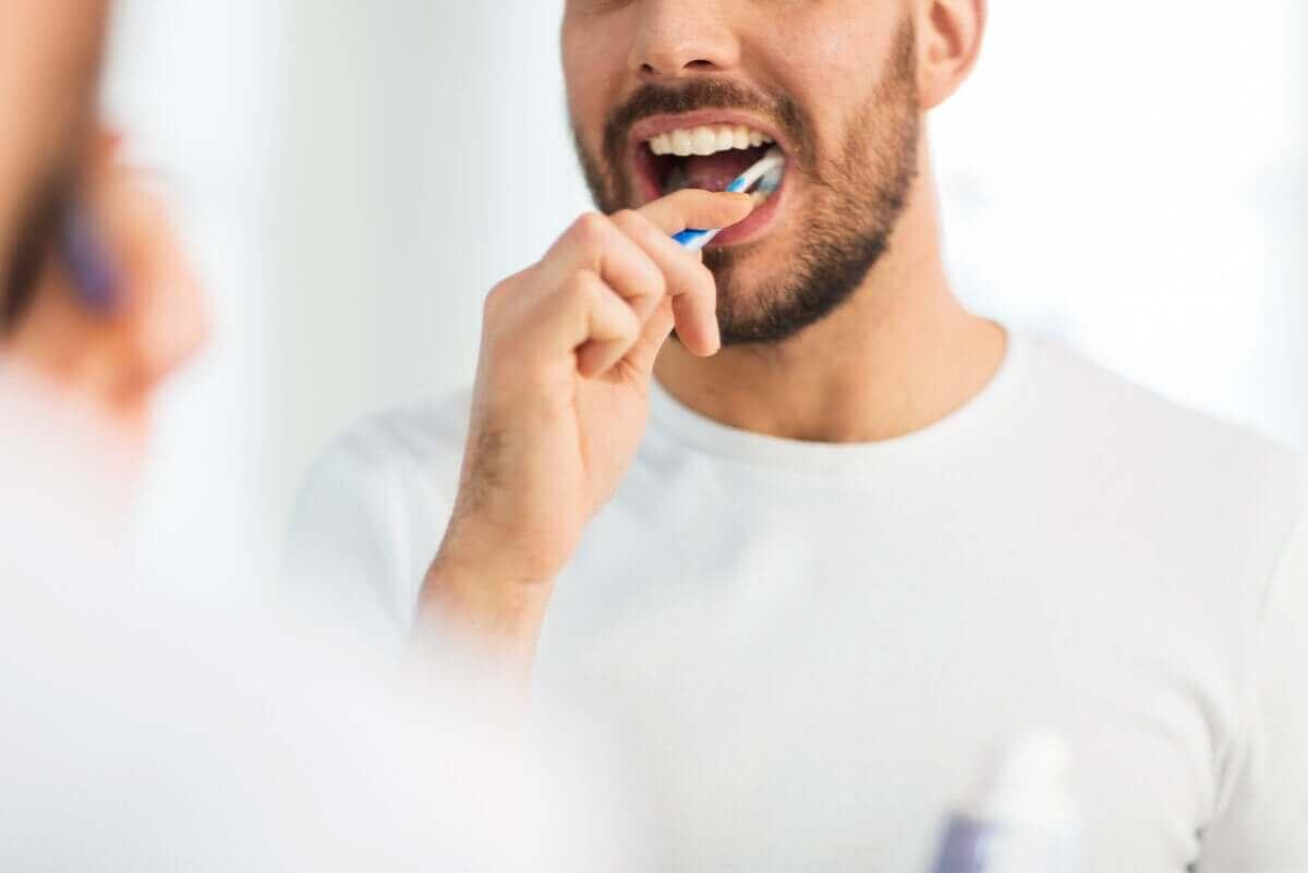 Man die zijn tanden poetst