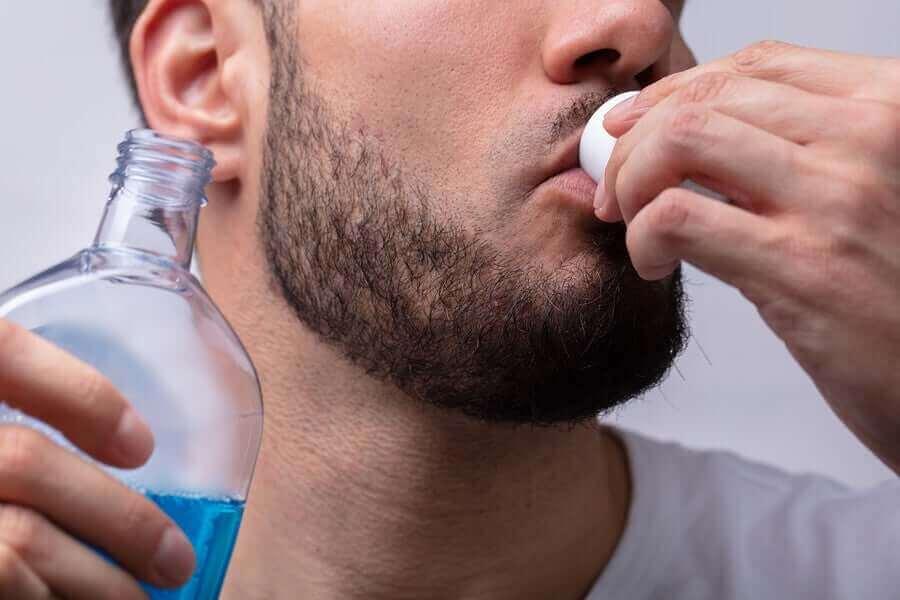 Man gebruikt mondwater