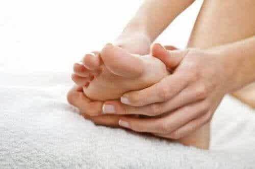 Gezwollen voeten tijdens de zwangerschap verminderen