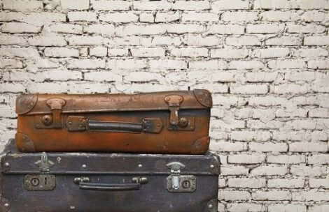 Oude koffers voor een bakstenen muur