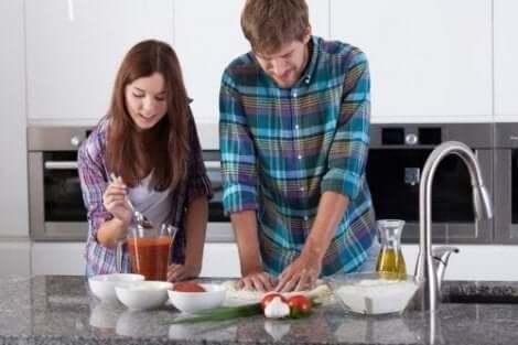 Paar dat zelfgemaakte pizza maakt