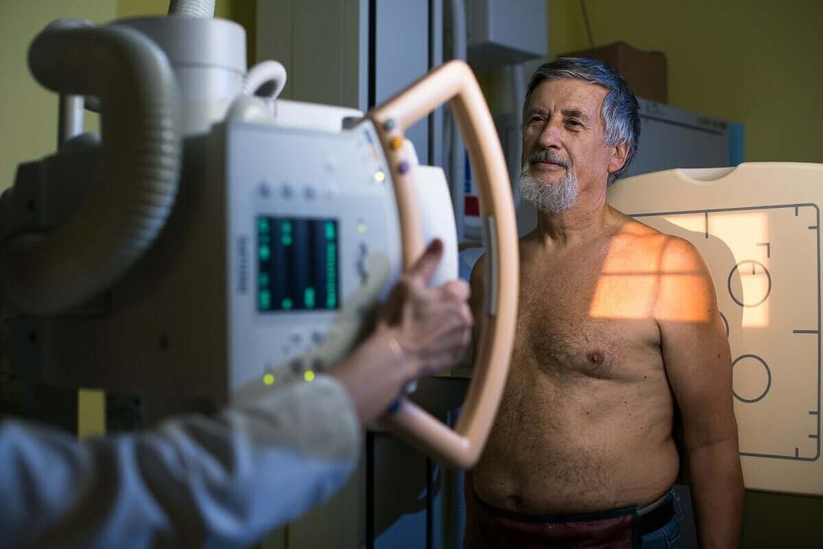 Man laat een röntgenfoto maken