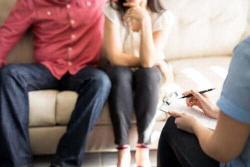 Koppel op een bank voor relatietherapie
